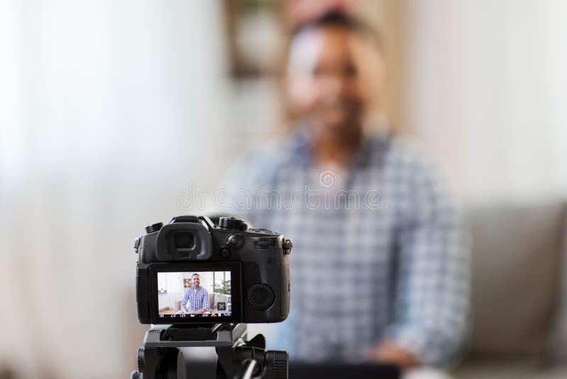 Kameranotierendes Videoblog des indischen männlichen Blogger stockbild