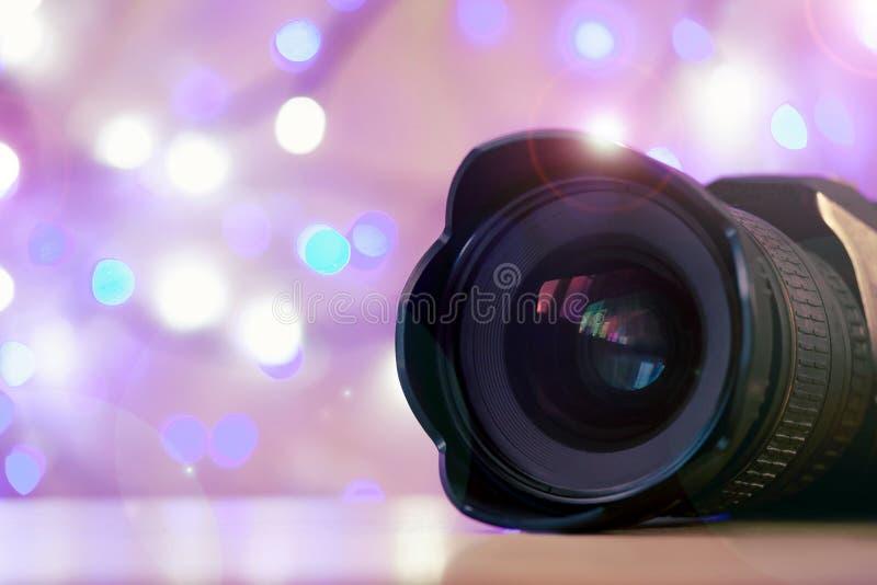 Kameraobjektiv-Hintergrund helles neues Jahr beleuchtet unscharfes rotes rosa Schwarzes der Lichter stockfoto