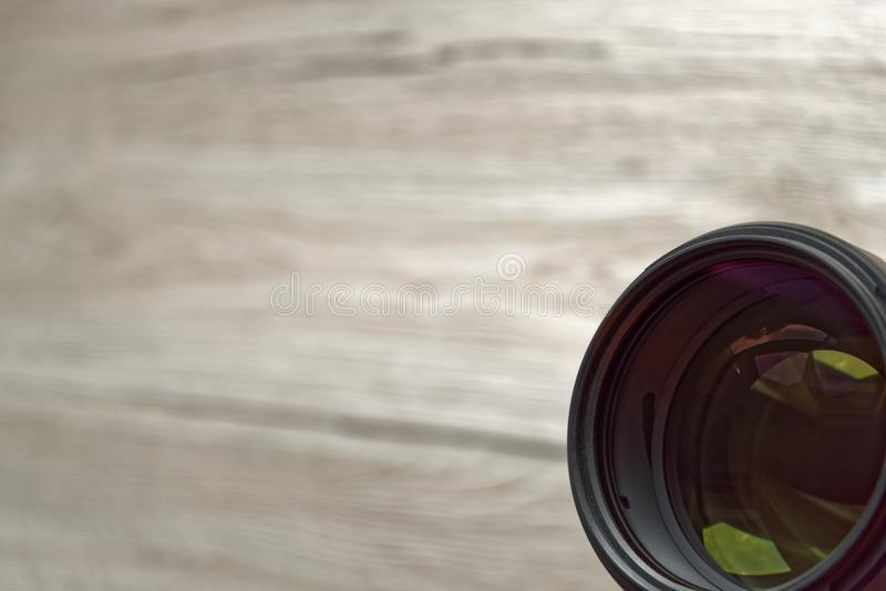 Kameraobjektiv oben ausgerichtet in Richtung zum Beobachter lizenzfreies stockfoto