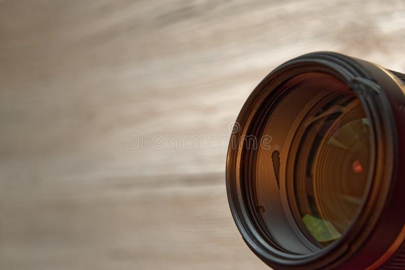 Kameraobjektiv oben ausgerichtet in Richtung zum Beobachter lizenzfreie stockbilder