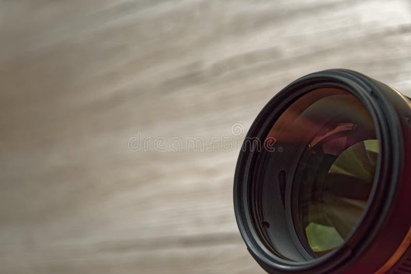 Kameraobjektiv oben ausgerichtet in Richtung zum Beobachter stockfotografie