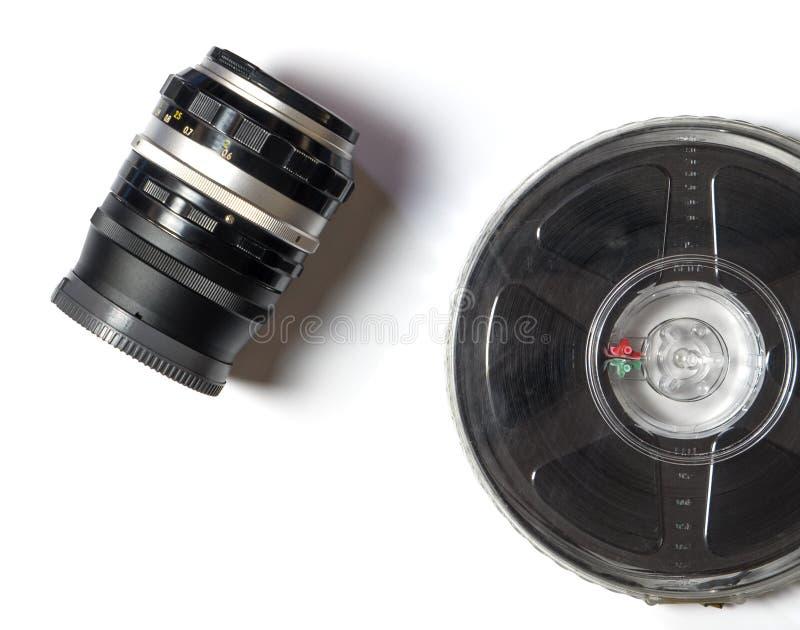 Kameraobjektiv und Filmstreifen lizenzfreie stockfotografie
