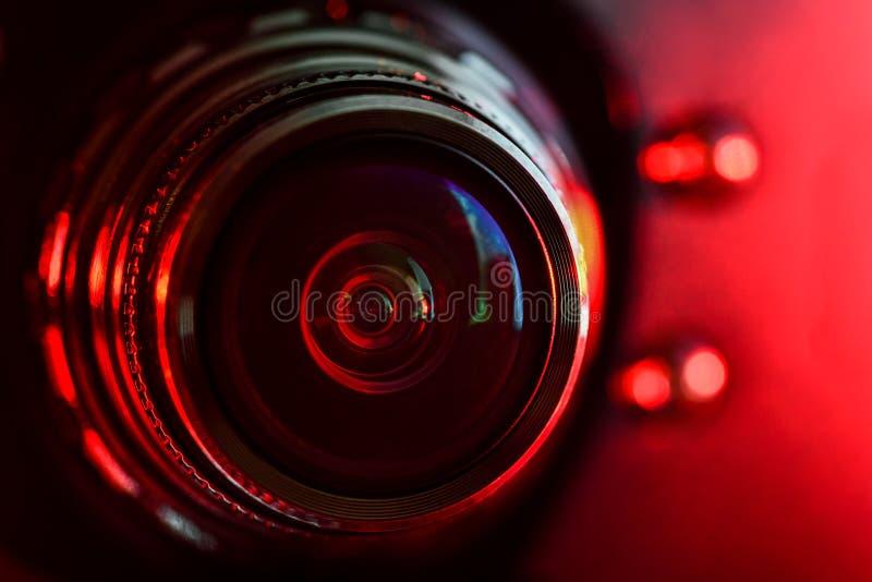Kameraobjektiv und rote Hintergrundbeleuchtung lizenzfreie stockbilder