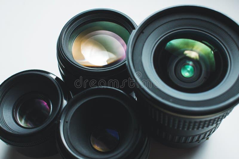 Kameraobjektive auf einer weißen Oberfläche lizenzfreies stockfoto