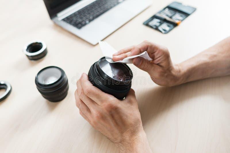 Kameraobjektivreinigung mit Feuchtpflegetuch, Nahaufnahme stockfoto