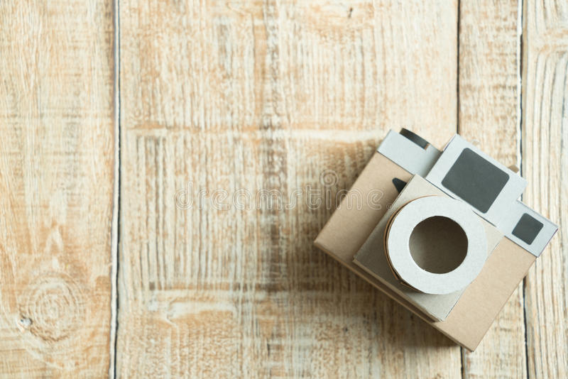 Kamerapapier auf dem hölzernen Hintergrund stockbilder