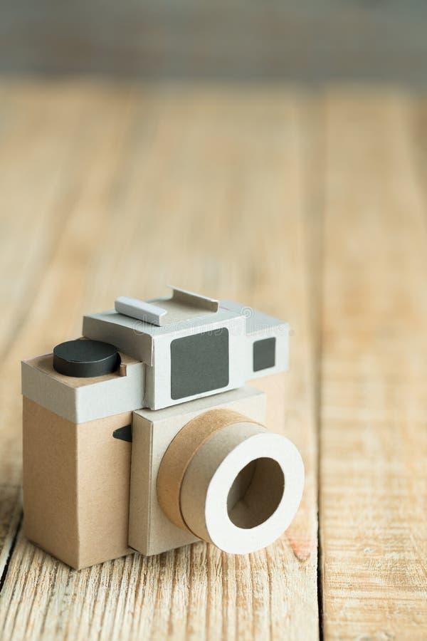 Kamerapapier auf dem hölzernen Hintergrund stockfoto