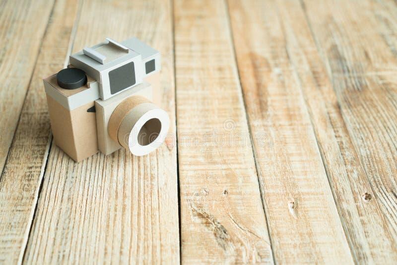 Kamerapapier auf dem hölzernen Hintergrund lizenzfreie stockfotografie