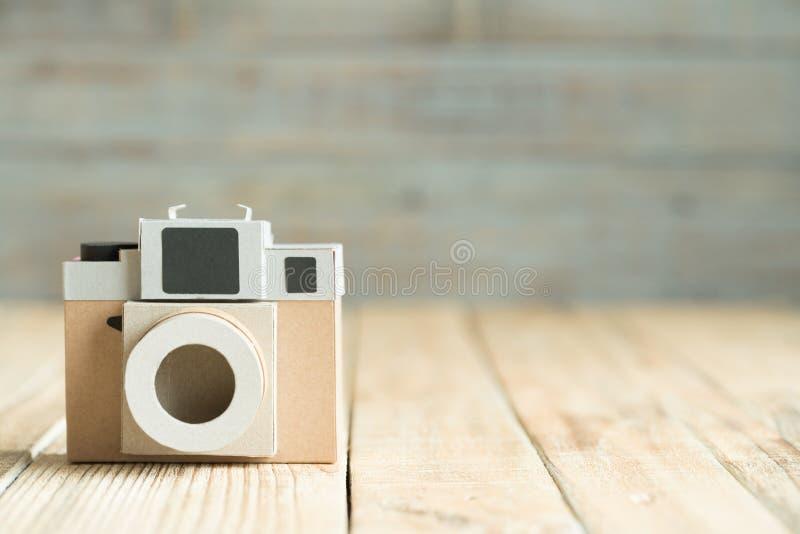 Kamerapapier auf dem hölzernen Hintergrund stockfotografie