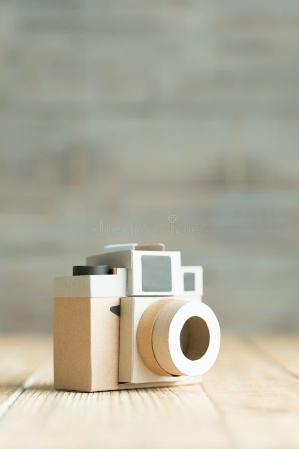 Kamerapapier auf dem hölzernen Hintergrund lizenzfreies stockfoto