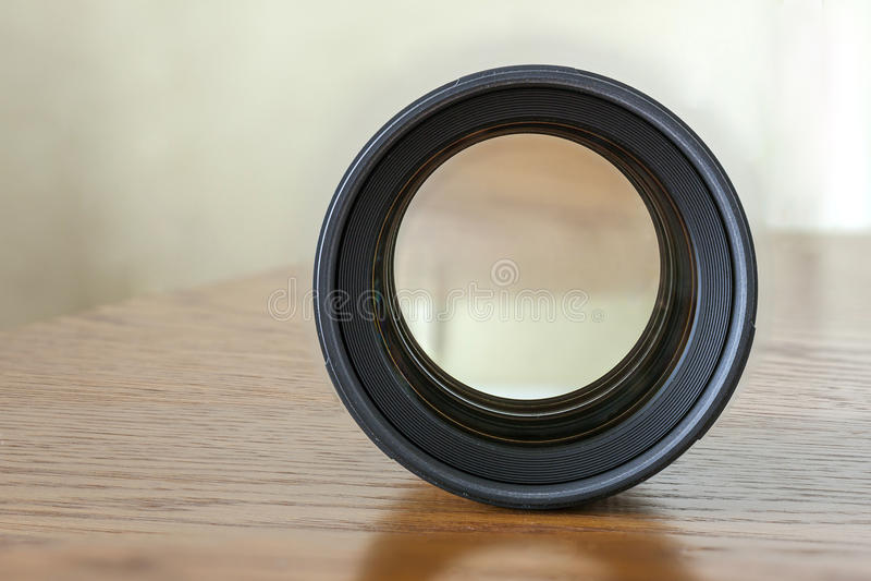 Kameraporträtverlegenheitsfokus-Fotolinse auf dunklem hölzernem Hintergrund stockfotos
