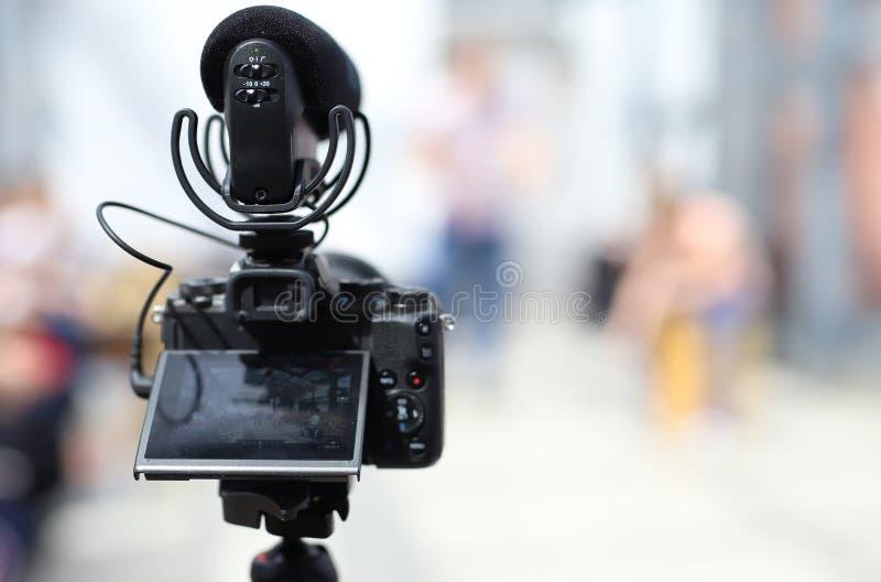 Kameravideo och yrkesmässig mikrofon för röst- inspelning royaltyfri fotografi