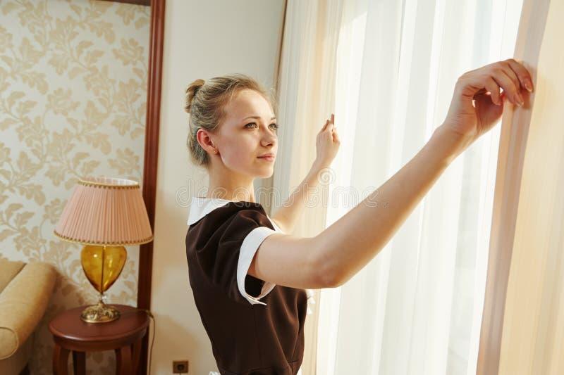 Kamermeisje bij de hoteldienst stock afbeeldingen