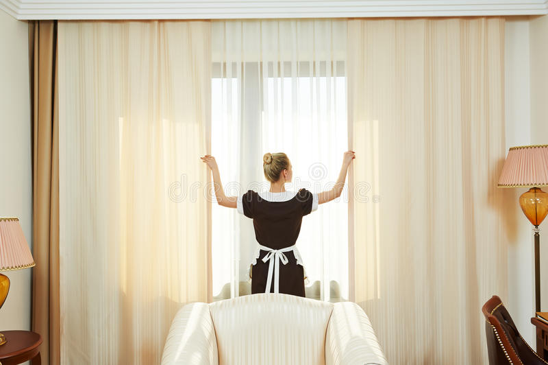 Kamermeisje bij de hoteldienst royalty-vrije stock foto's