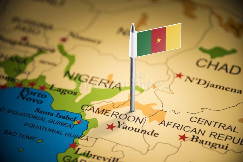 Kamerun markerade med en flagga på översikten royaltyfri foto