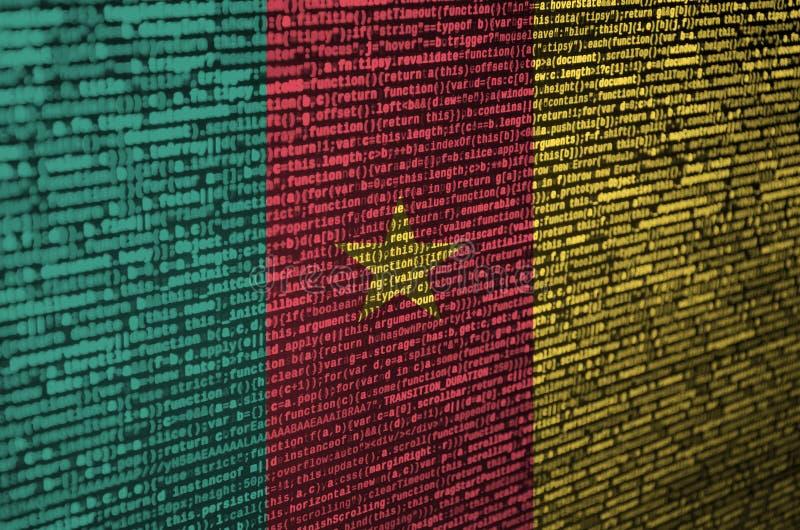 Kamerunflaggan visas på skärmen med programkoden Begreppet av modern teknologi- och platsutveckling royaltyfri fotografi