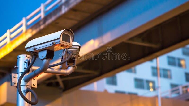 Kamery bezpieczeństwa wyposażenie na słupie w wieczór światła ruchu i zdjęcia royalty free