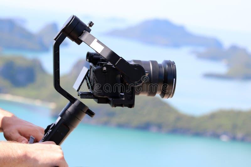 Kamery Gimbal stabilizator na górze góry Ocean i błękit zdjęcia stock