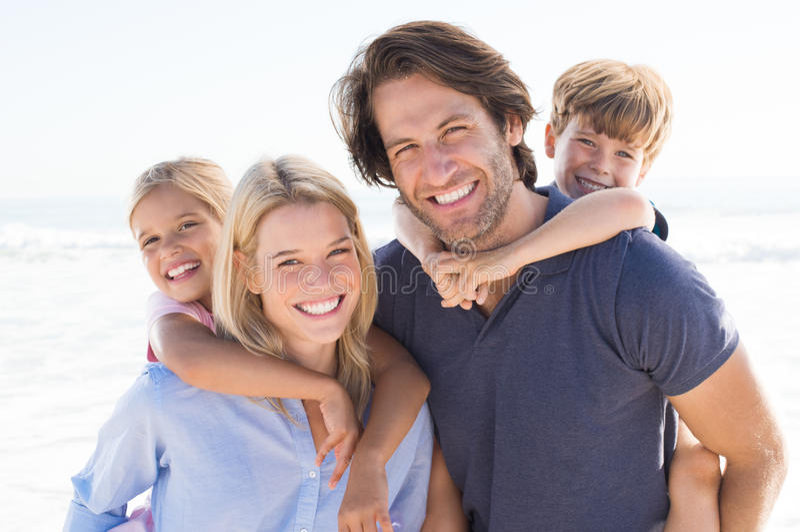 kamery 3 kanapy dziewczyn na pomarańczowy rodzinę matki portret posiedzenie ich tam jesteś fotografia stock