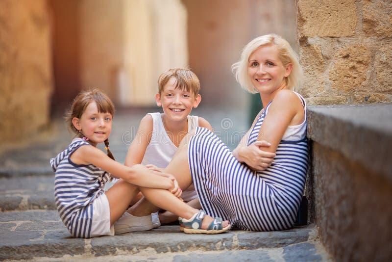 kamery 3 kanapy dziewczyn na pomarańczowy rodzinę matki portret posiedzenie ich tam jesteś obraz royalty free
