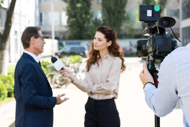 kamerzysta i anchorwoman z mikrofonem obrazy stock