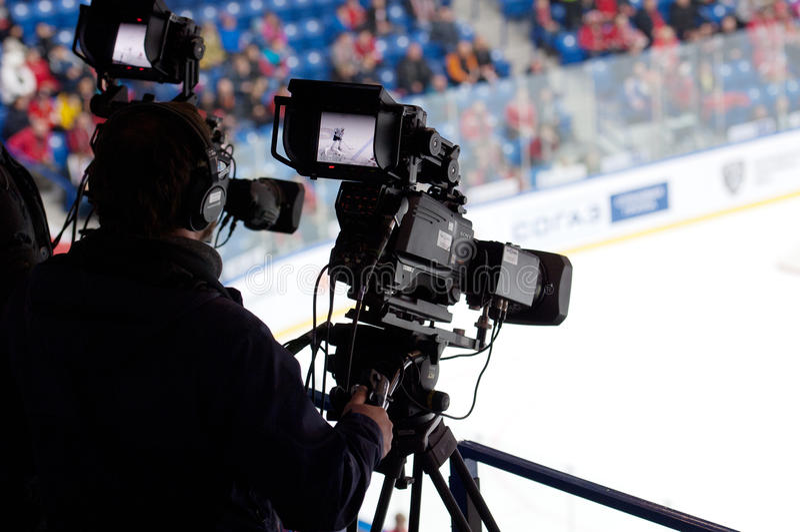 Kamerzysta na lodowym meczu hokeja obrazy royalty free