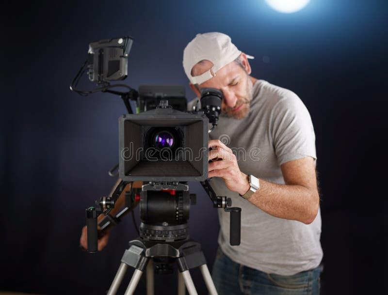 Kamerzysta pracuje z kinową kamerą zdjęcia stock