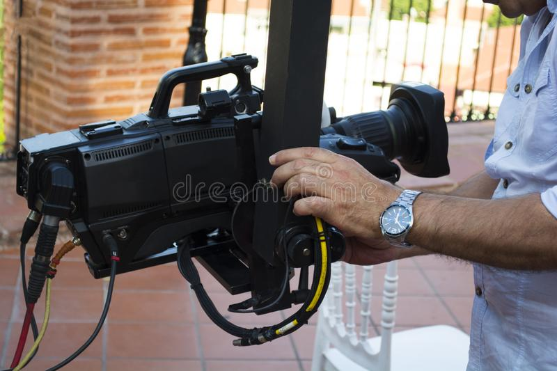 Kamerzysta sprawdza wyposażenie kamera w wyemitowanej telewizi zdjęcia royalty free