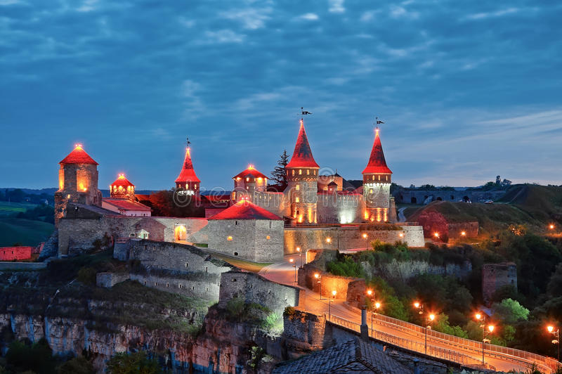 Kamianets-Podilskyi城堡在晚上,乌克兰 免版税库存图片