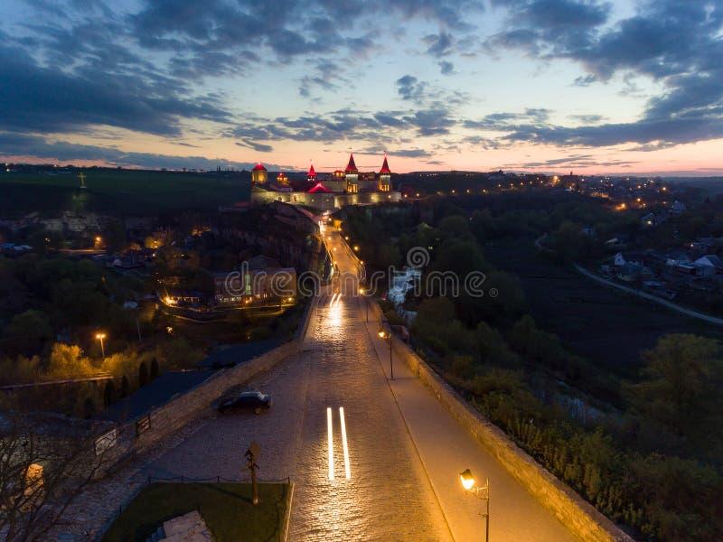 Kamianets-Podilskyi城堡夜鸟瞰图在乌克兰 库存照片