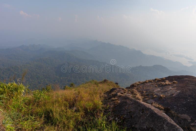 Kamień na górze drzewa przy paska pha phum parkiem narodowym i góry, kanjanaburi, Tajlandia fotografia stock