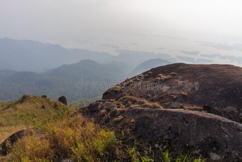 Kamień na górze drzewa przy paska pha phum parkiem narodowym i góry, kanjanaburi, Tajlandia zdjęcia stock