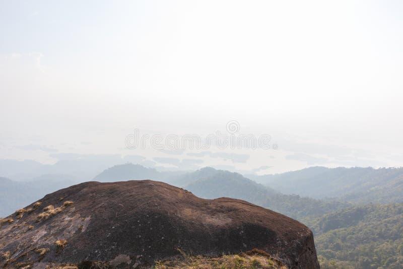 Kamień na górze drzewa przy paska pha phum parkiem narodowym i góry, kanjanaburi, Tajlandia obrazy royalty free