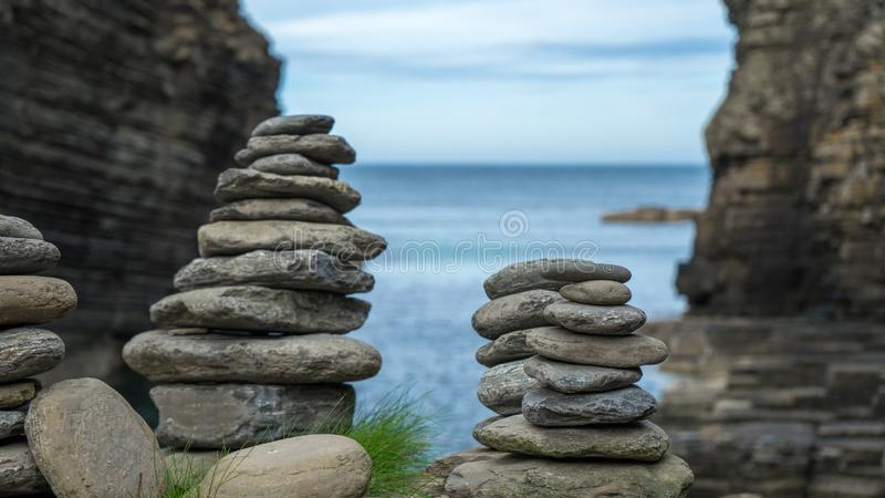 Kamień postacie przy szkockim wybrzeżem zdjęcia royalty free
