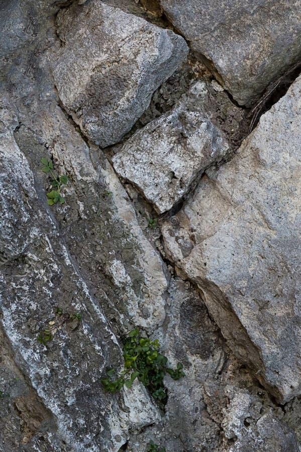 Kamień brukuje mocno łamającą krakingowego tło bazy góry ściany ciężkiego substrata płótna połogą szarą ciężką bazę zdjęcie stock