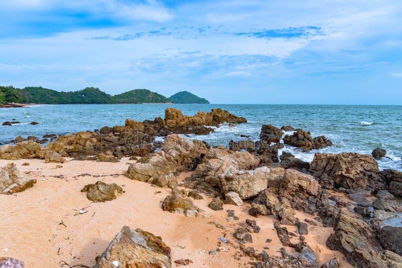 Kamień przy piękną skały plażą obraz stock