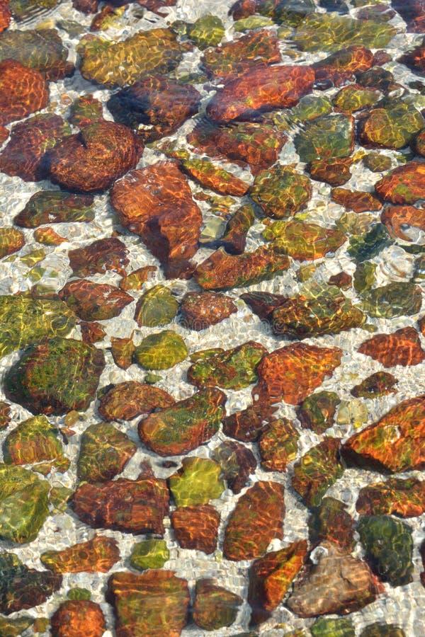 Kamień w jasnej wodzie zdjęcia stock