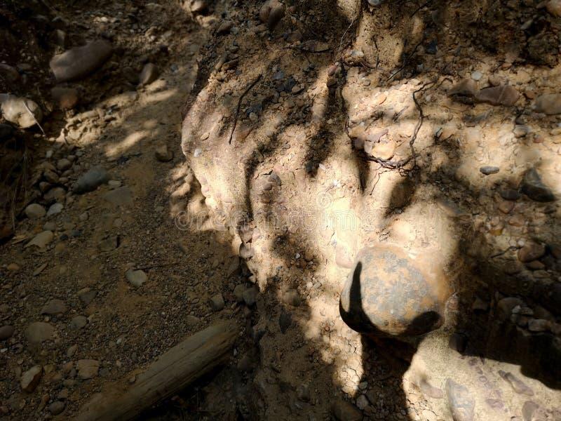 Kamień w postaci piersi, cień bawić się z boob ręka, oryginalny fantazji tło zdjęcie stock