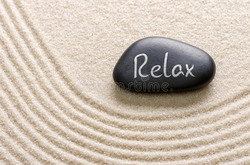Kamień z inskrypcją Relaksuje zdjęcia stock