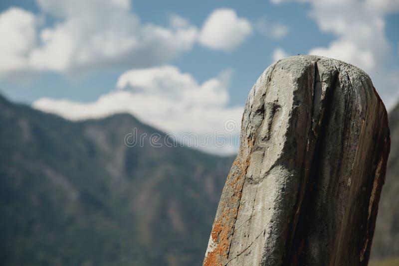 Kamień z Neolitycznym petroglifem przedstawia twarz kobieta zdjęcia royalty free