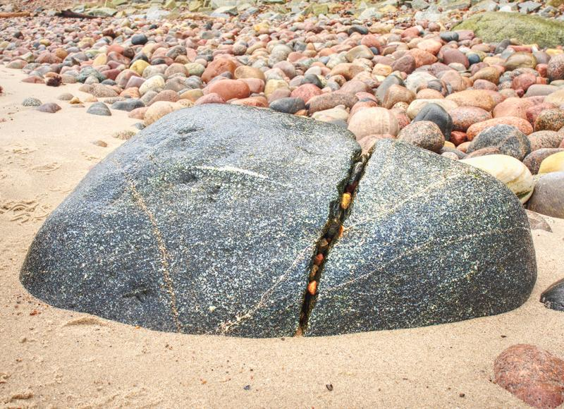 Kamieniści wybrzeży igrania fala ocean obraz royalty free