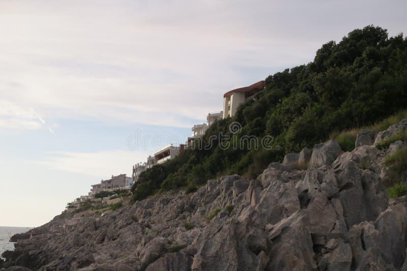 Kamieni domy na skale zdjęcie stock