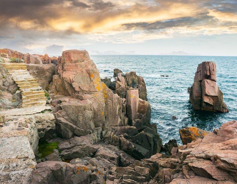 Kamieni kroki na skalistych falezach nad morze fotografia royalty free