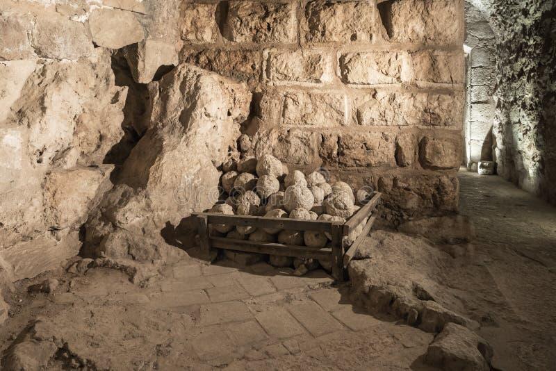 Kamieni sedno w jeden sale Ajloun kasztel, także znać jako Qalat ar, są 12 th wieka muzułmanina kasztelem lokalizującym w northw fotografia royalty free