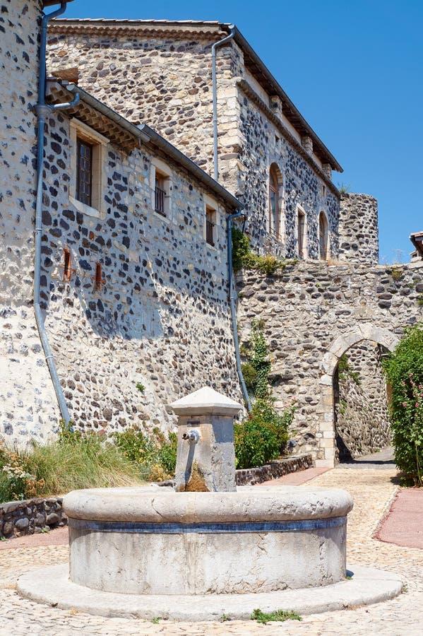 Kamienia well i średniowieczni budynki zdjęcia stock