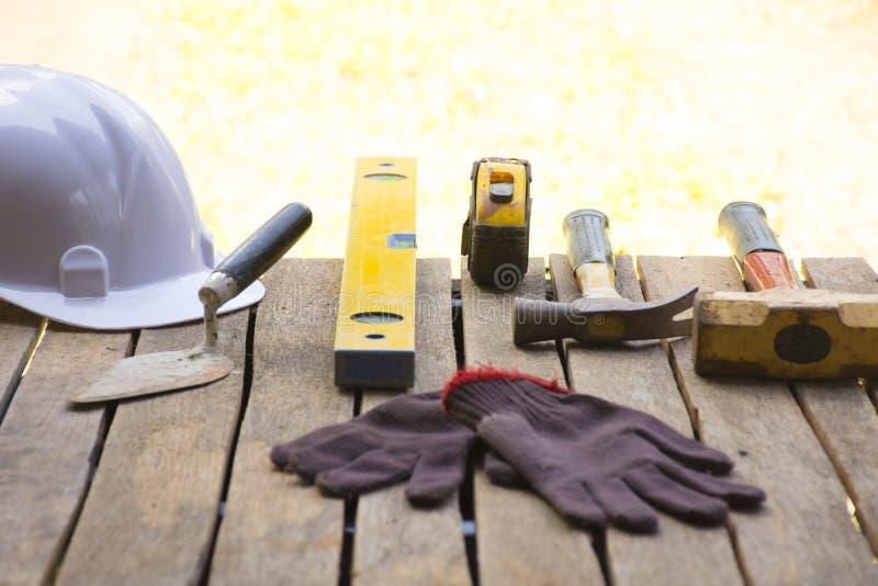 Kamieniarstwa narzędziowy tło tak jak rękawiczka, taśma młot z kielnią i miara poziom z i i hełmem i etc Tło dla obrazy royalty free