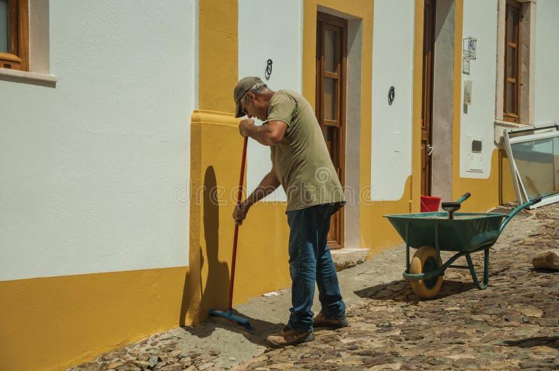 Kamieniarz pracuje przed domem w ulicie Evoramonte zdjęcie royalty free