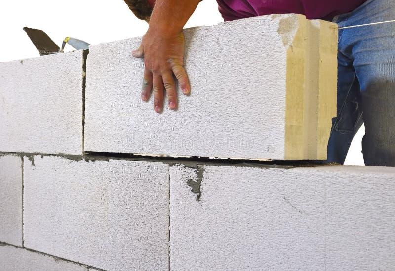 Kamieniarz wykonuje kamieniarstwa wewnętrznych bloki obrazy royalty free