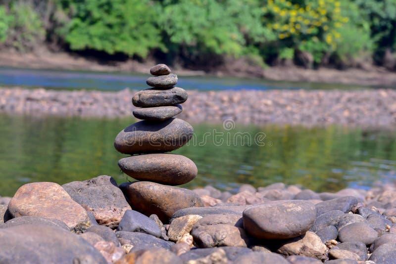 Kamienie brogują wzdłuż rzeki obraz royalty free
