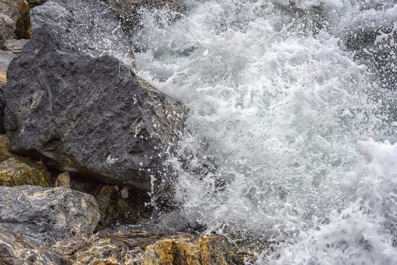 kamienie i wody kipiel obrazy stock